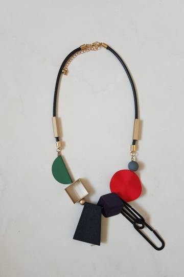 PIN WOODEN COLORED NECKLACE