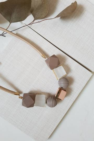 GEOMETRIC WOOD BALL COLOR NECKLACE